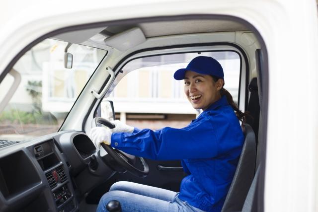 トラックに乗る運送業者